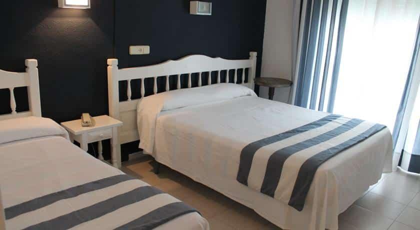 Hotel els pins habitaci n triple con balc n 3 adultos - Camas dobles para adultos ...