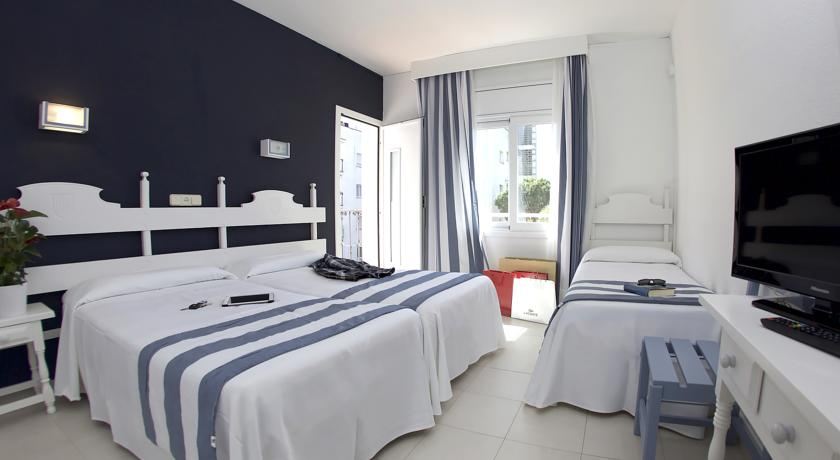hotel els pins balcon chambre triple 2 adultes 1 enfant. Black Bedroom Furniture Sets. Home Design Ideas